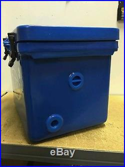 DROP PRICEIcey-Tek cooler 40Qt Ocean Blue L22W17.5H17FREE SHIP